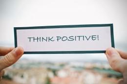 Ilustrasi melihat sesuatu dalam bingkai positif (sumber gambar oleh Luisella Planeta Leoni dari Pixabay)