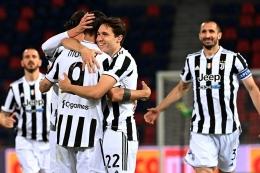 Pemain Juventus merayakan gol ke gawang Bologna. (via blackwhitereadallover.com)
