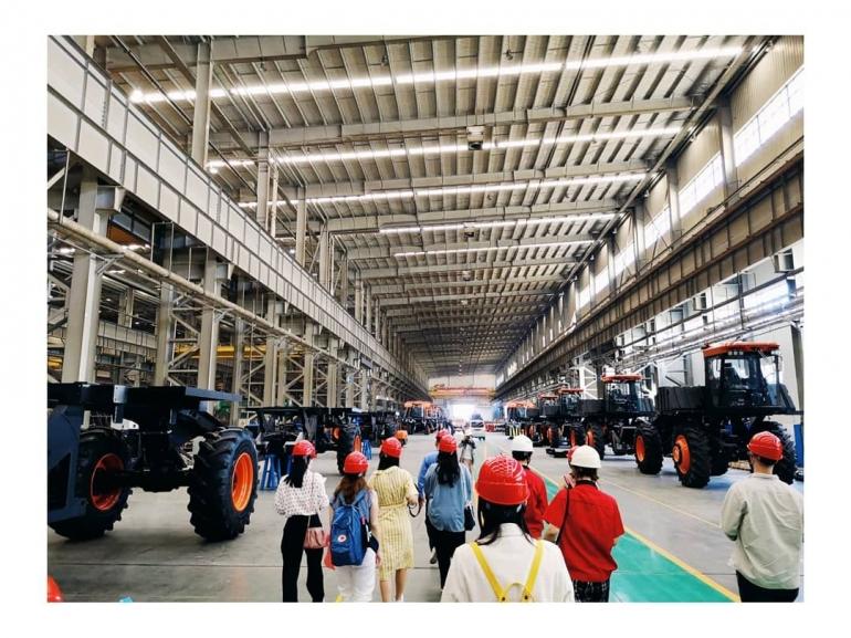 Mengunjungi pabrik perakitan traktor pemetik kapas otomatis di Urumqi, Xinjiang (dokpri)