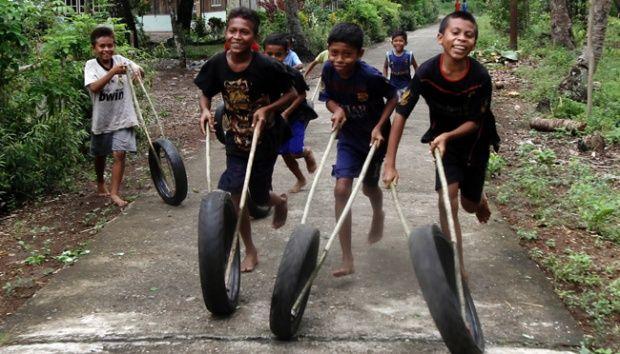 Keceriaan anak-anak desa bermain ban oto. Foto. Tempo.Co