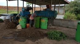 Salah satu bentuk dukungan pemerintah, swasta dan CSR, memberikan fasilitas atau sarana pengolahan persampahan seperti komposter (foto dok pri).