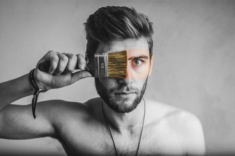 Tidak, Anda tidak akan menggunakan cat & kuas untuk membuat kulit sehat & berseri. Simak panduan perawatan kulit pria berikut (Florin Radu/Pixabay)
