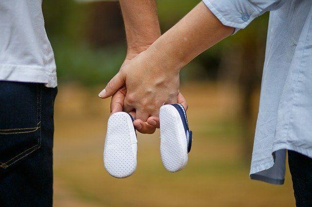 Ilustrasi pasangan suami istri dan sepatu bayi (sumber gambar: pixabay.com)