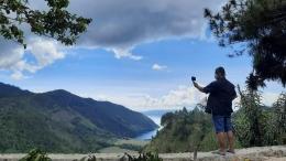 Langit Tanah Toba dan Danau Toba menyempurnakan keindahan di Adian Nalambok. Perbukitan serta pepohonan yang rimbun, membuat kita leluasa melepaskan seluruh penat. Foto: budi tanjung