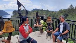 Sabam Siahaan (kiri) dan Isson Khairul dari Kompasiana berbincang seru tentang proses kreatif penciptaan benda-benda seni dari bahan-bahan yang bisa diperoleh dari kawasan seputaran Danau Toba. Foto: budi tanjung