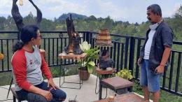 Berbagai akar kayu dan kayu-kayu bekas di sekitar Danau Toba, diolah secara kreatif oleh Sabam Siahaan bersama warga setempat, menjadi benda seni bernilai tinggi. Foto: budi tanjung