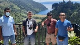 Kami team liputan ekonomi kreatif di Adian Nalambok. Dari kiri ke kanan: Didik Wiratno, Isson Khairul, Erwin Hadi, dan Budi Tanjung. Foto: dokumen pribadi