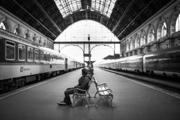 Ilustrasi pria sedang duduk di kursi peron stasiun. Foto oleh Pexels via Pixabay.com