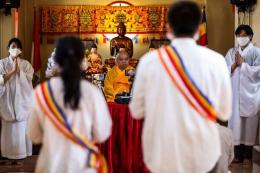 Bhante Nyanagupta memimpin kebaktian perayaan Tri Suci Waisak Nasional 2564 BE/2020 secara online di Vihara Dhanagun, Bogor, Jawa Barat, Kamis (7/5/2020). (KOMPAS.com/GARRY LOTULUNG)