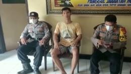Harmoko (tengah) saat di kantor polisi trenggalek/sumber: instagram.com/gusmiftah