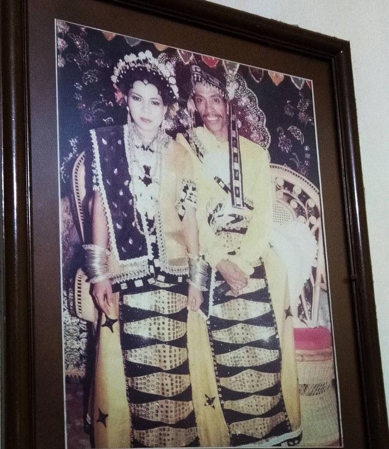 Saya dan istri dalam pakaian pengantin adat Bugis Makassar (foto dok Nur Terbit)