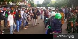 Ketegangan antara massa FPI dengan TNI sempat terjadi saat baliho dicopot di Petamburan, 20/11/2020 (antaranews.com/ merdeka.com).