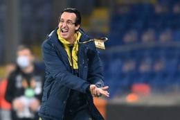 Pelatih Villarreal, Unai Emery, memberi instruksi kepada para pemain pada laga kontra Qarabag di pentas Liga Europa, 29 Oktober 2020.(Foto: AFP/OZAN KOSE via kompas.com)