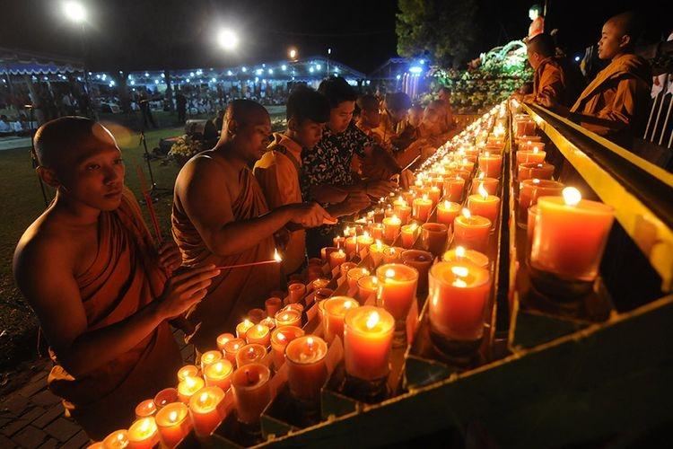 Sejumlah Biksu dan Umat Buddha menyalakan lilin pelimpahan jasa dalam perayaan Waisak. (Foto: ANTARA/ALOYSIUS JAROT NUGROHO)
