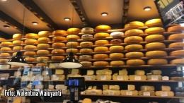 Deretan keju Gouda di kedai keju di kota Gouda (Sumber: Dokumentasi pribadi)
