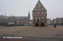 Kantor balaikota Gouda yang legendaris. Di pelatarannya, selama ratusan tahun menjadi tempat perdagangan keju yang terkenal (Sumber: Dokumentasi pribadi)