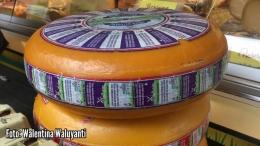 Keju Gouda, bentuknya seperti roda kendaraan (Sumber: Dokumentasi pribadi)
