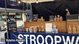 Kios yang menjual stroopwafel di pasar tradsional di Belanda (Sumber: Dokumentasi pribadi)