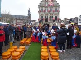 Pasar keju di kota Gouda sebelum corona. Sekarang sudah ditiadakan karena corona. (Sumber: goudakaasstad.nl)