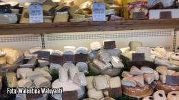 Keju dari berbagai negara juga dijual di kedai keju di kota Gouda (Sumber: Dokumentasi pribadi)