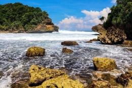 Pantai Batu Bengkung   Shutterstock