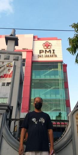 Di depan gedung PMI, Jl. Kramat Raya, Jakarta-dokpri