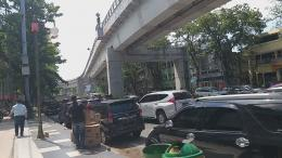 Pergerakan warga juga relatif tinggi, itu terlihat dari padatnya kendaraan yang melintas di jalanan kota. Dibutuhkan kesadaran warga, agar Palembang bisa segera masuki zona hijau. Foto: isson khairul