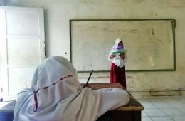 Salah satu siswa saya sedang bercerita tentang kegiatan di bulan Syawal. Foto: Ozy V. Alandika (25/05/2021)
