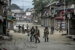 Kawat berduri yang ditempatkan di jalanan Srinagar pada wilayah Kashmir yang dikuasai India. Sumber: usip.org