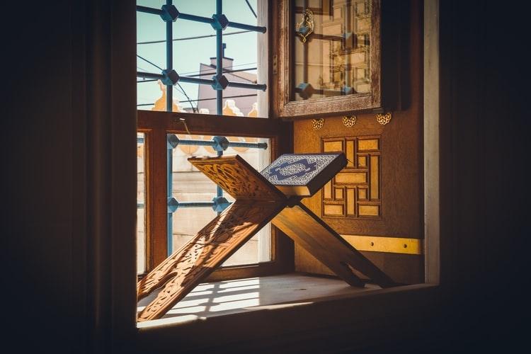Belajar Mencintai Al-Qur'an dan Manfaat Al-Qur'an (unsplash/anis coquelet)
