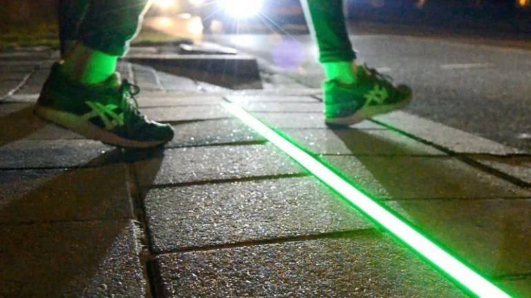 Lampu Lalu Lintas di Trotoar Untuk 'Kaum Kepala Tertunduk' (sumber: bbc.com)