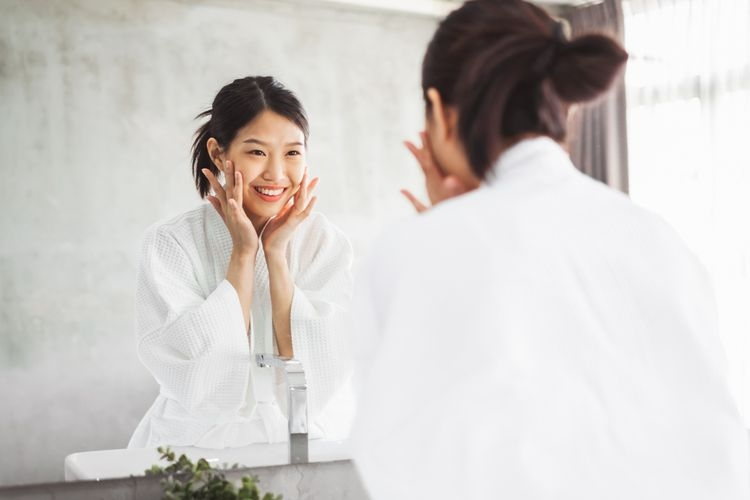 Ilustrasi membersihkan wajah. Sumber: Shutterstock via Kompas.com