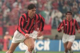 Marco van Basten kala bermain untuk AC Milan di Piala Toyota 1990 melawan Olimpia. AFP/TOSHIFUMI KITAMURA dipublikasikan kompas.com