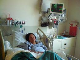 Dokumentasi pribadi/Ini aku, di ruang ICCU rumah sakit St.Francis di San Francisco. Sehari2ku seperti ini, dan jika aku disandarkan dengan tempat tidur yang ditegakkan, dan belum diberikan bantal disebelah kanan tubuhku, aku akan doyong ke kanan