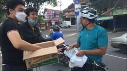 Bagi-bagi Takjil di depan Kampus UMM, Malang (Dokpri)