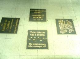 Prasasti yang terdapat dilantai gedung stasiun kereta api (dok pribadi)
