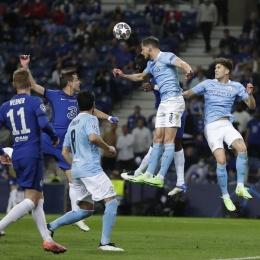 Duel udara para pemain Chelsea (kiri) vs Manchester City (kanan) | Sumber: www.instagram.com/championsleague