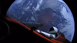 Mobil listrik Tesla Roadster milik Elon Musk yang dikirim ke luar angkasa pada tahun 2018. Mobil tersebut lengkap dengan