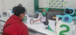 ilustrasi petugas BPJS Kesehatan menjelaskan aplikasi mobile (papuajaya.com/diunduh)