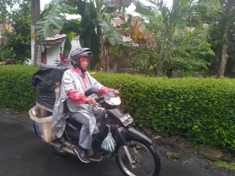 Seorang kurir bertugas mengantarkan barang sampai alamat penerima. | Dokpri