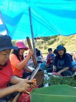 Kebersamaan saat menyiapkan makan siang di sawah (Dokpri)