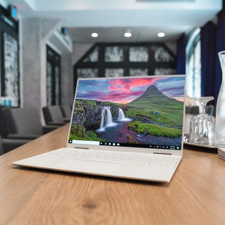 Memasang wallpaper alam di laptop juga bisa mendukung rasa jadi karya (Ilustrasi: @XPS via unsplash.com)