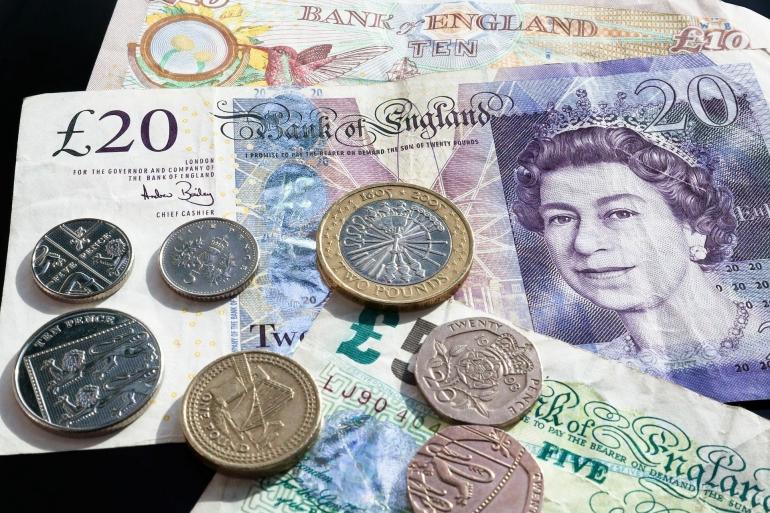 Mempersiapkan pengelolaan keuangan masa depan dengan membeli produk reksa dana atau menabung di bank (foto dari pixabay.com)