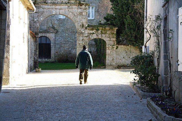 Ilustrasi lelaki di jalan sepi (sumber gambar: pixabay.com)