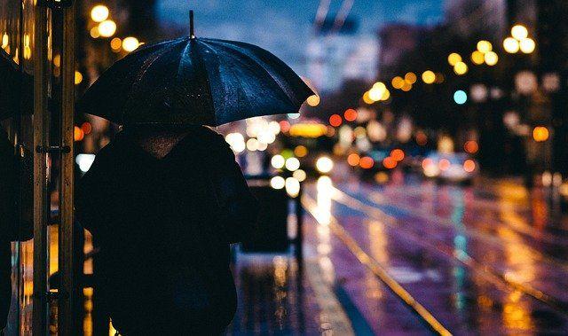 Ilustrasi Perempuan dan Hujan (sumber: pixabay.com)