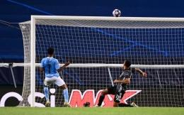 Kabarnya bola pun heran mengapa dirinya melambung begitu tinggi (Getty Images/Pool)