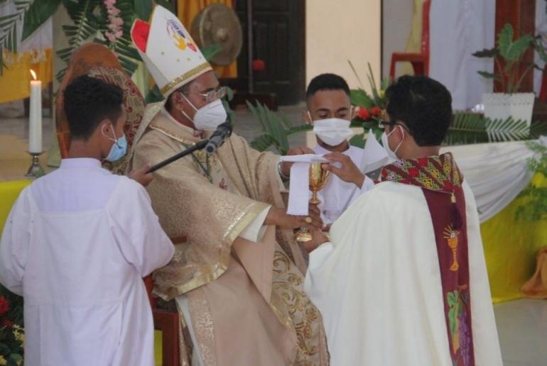 Foto.komsos.ka./Upacara Tahbisan Imam Baru, Rm. Edelbertus Silab, Pr/ oleh Mgr. Dr. Dominikus Saku, Pr, Uskup Atambua