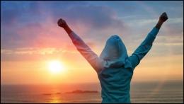 Ilustrasi individu yang mengangkat kedua tangannya (dok: thebookofsarah.com)