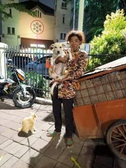 Ibu Balqis yang merawat kucing dan anjing terlantar(pict from : https://twitter.com/hoodukes/status/1376421646022496256?s=21)