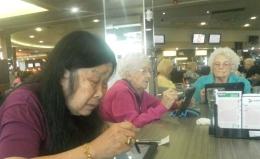 ikut serta bermain bingo bersama para senior yang lainnya (dok pribadi)